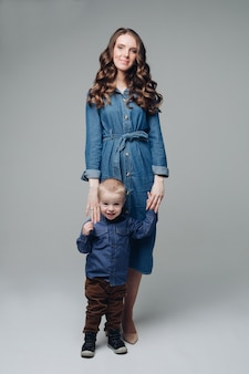 Смеющийся сын и улыбающаяся мать в студии