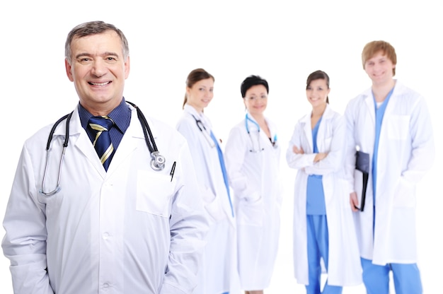 彼の同僚と成功した成熟した男性医師を笑う