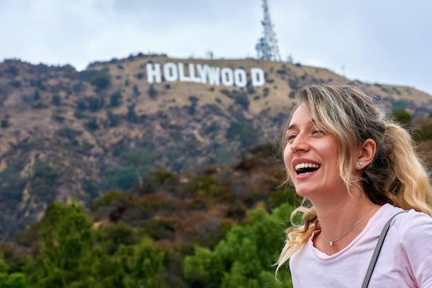웃는 여자와 할리우드 사인 미국 로스 앤젤레스