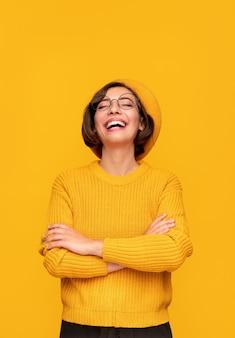 黄色い服を着て笑う女性