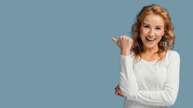 Смеющаяся женщина указывая