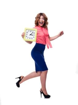 時計で走っている笑う女性