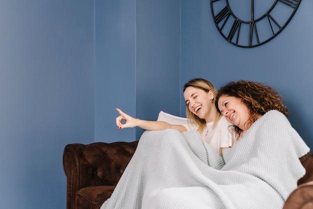 映画を見ている女性を笑う