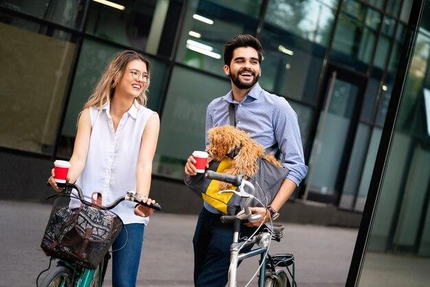 街で話している小さな犬の散歩と若いカップルを笑う