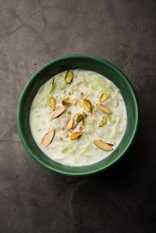 Lauki ki kheer - каша doodhi или gahiya или тыква из бутылки khir или payasam, подаются в миске