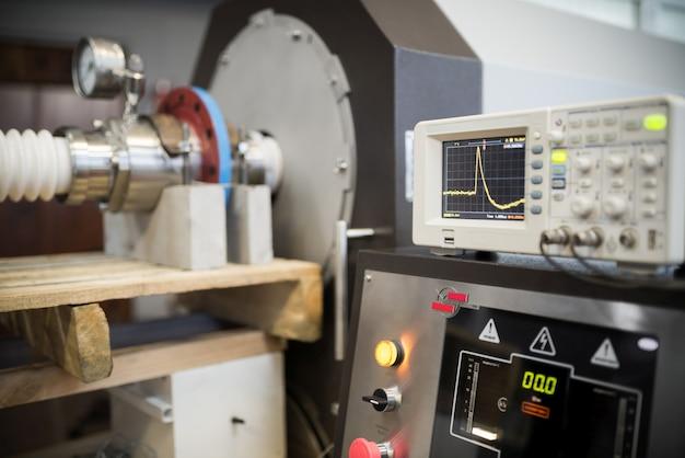 カラーインジケータ、デジタルディスプレイ、パラメータ設定パネルを備えたテスト施設の起動および制御パネル