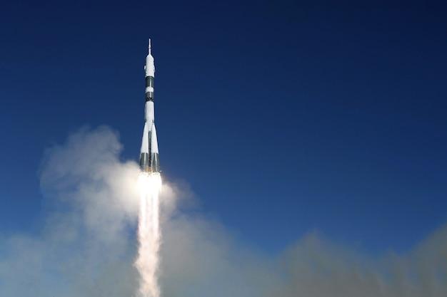 우주로 우주 로켓을 발사합니다. 하늘을 배경으로. 이 이미지의 요소는 nasa에서 제공했습니다. 고품질 사진