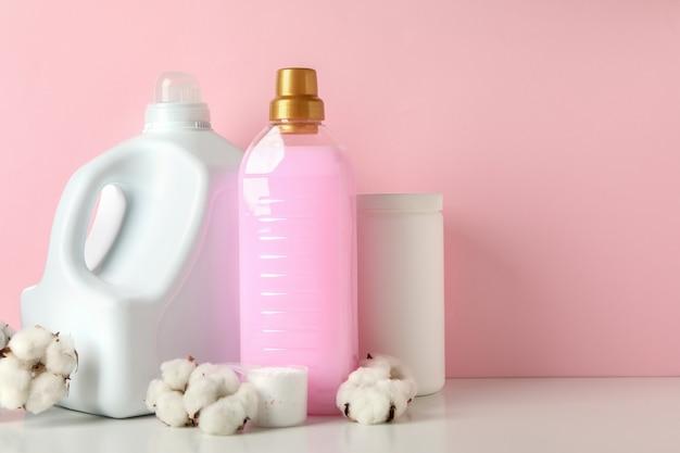 분홍색 배경에 흰색 테이블에 세탁 액세서리