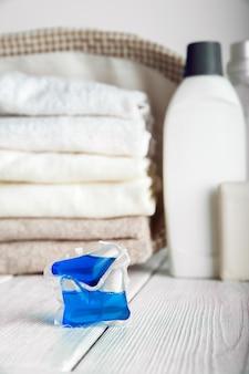 세탁 캡슐. 캡슐과 수건 클로즈업에 세탁 젤.