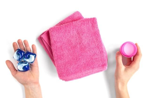 洗濯洗剤は白で隔離される粉末とカプセルの洗浄用量で様々な種類を並べ替えます
