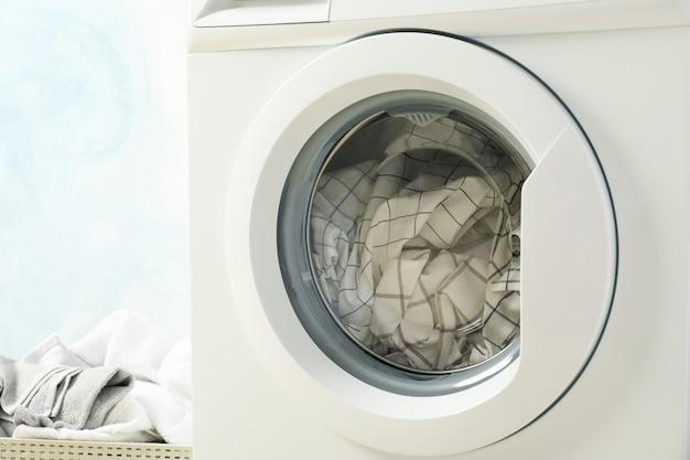 세탁기와 바구니에 세탁을 닫습니다