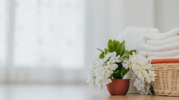 バスルームの洗濯ソフト白いタオル