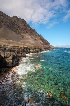 Побережье лавы на канарских островах, испания. биосферный заповедник.