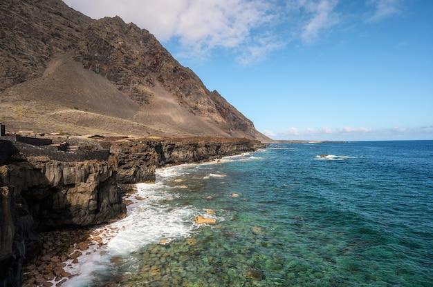 Побережье лавы на острове эль йерро, канарские острова, испания. эль-гольфо, биосферный заповедник.