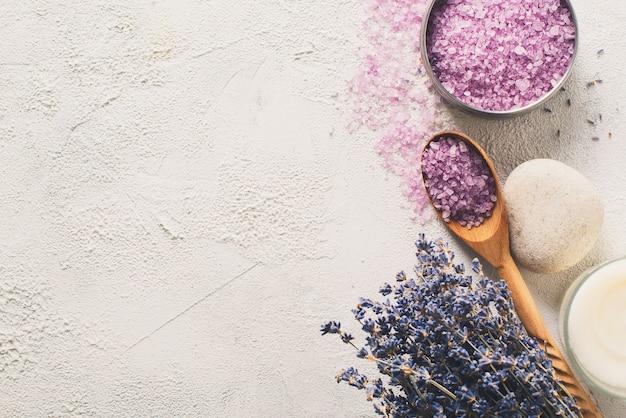 천연 온천 제품 및 회색 배경에 목욕을위한 장식과 라벤더 소금