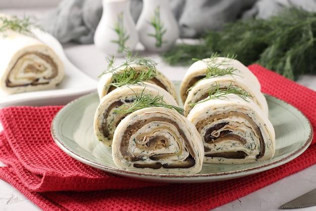 ナス、ニンニクとクリームチーズ、お祝いの前菜、クローズアップ、水平形式のラヴァッシュロール