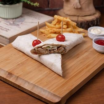 Лаваш сэндвичи с картофелем фри.