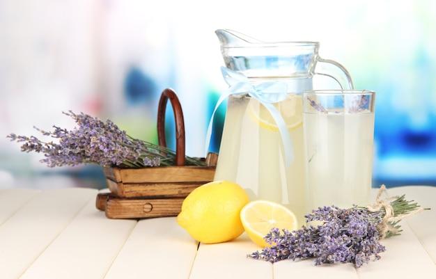 Лаванда и лимонад на деревянном столе
