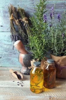 Свежие цветы лаванды и розмарина в горшке с настойками и ароматическим маслом