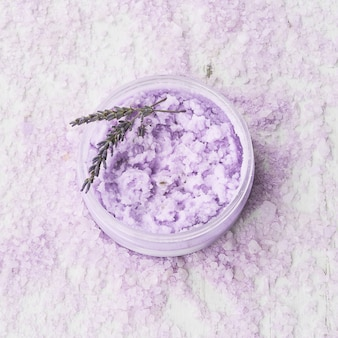 Лавандовый скраб для тела в миске на фоне соли для ванн. концепция спа.