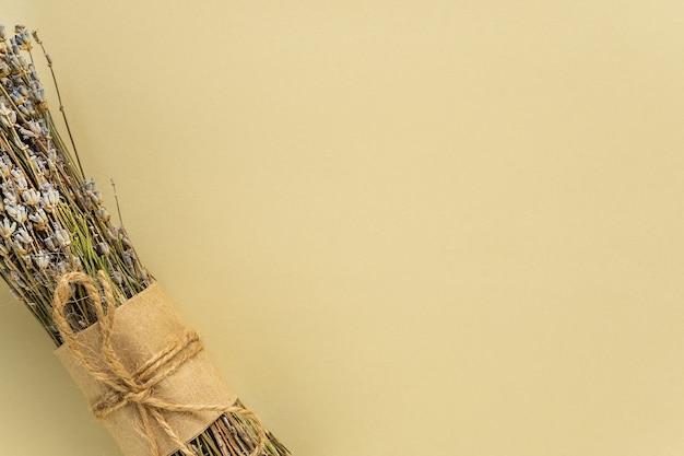 복사 공간 베이지 색 배경에 라벤더 꽃다발