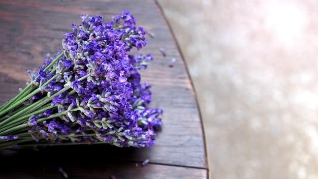 Букет лаванды на деревянном столе, угол обзора на фурано, хоккайдо, япония, какие цветы полностью распустились