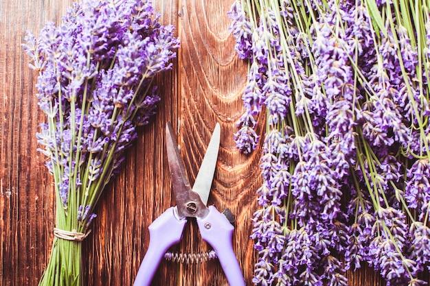 ラベンダー挿し木-木製テーブルのカッターと生花