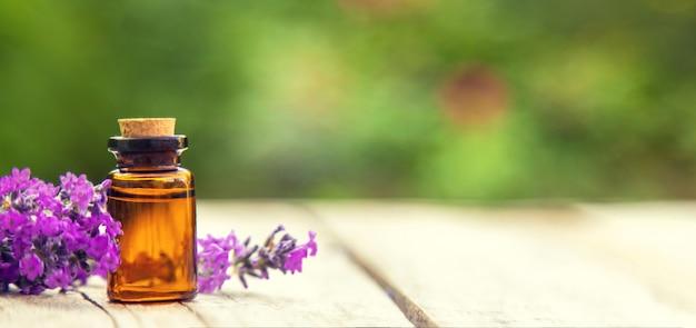 작은 병에 라벤더 에센셜 오일.