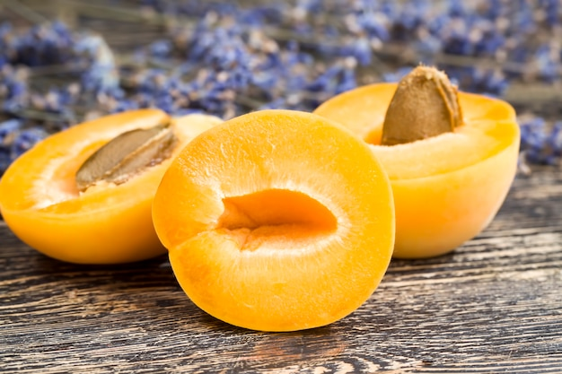 Цветы лаванды и абрикосы