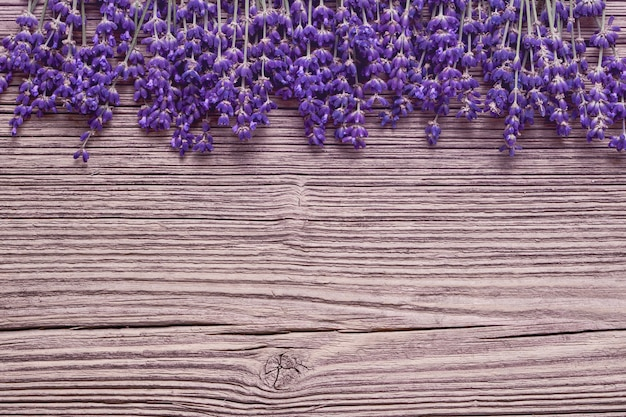 Граница цветов лаванды на старом деревянном столе. копирование пространства, вид сверху. летний стол. тонированный