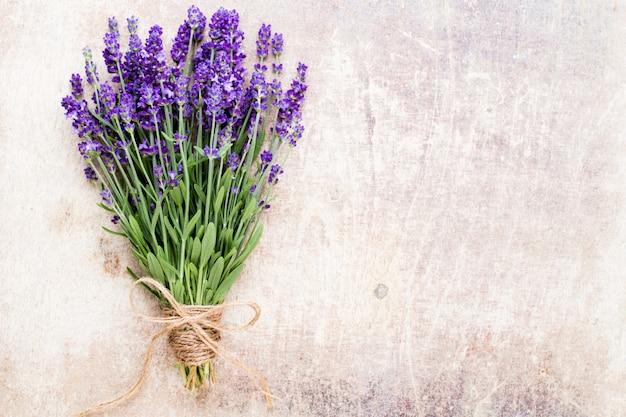 ラベンダーの花、素朴な背景、オーバーヘッドに花束。