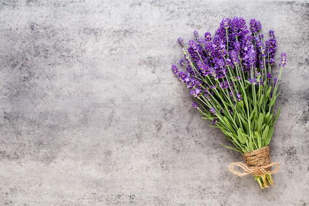 Цветы лаванды, букет на деревенском фоне, накладные расходы.