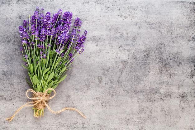 ラベンダーの花、素朴な背景、オーバーヘッドの花束。