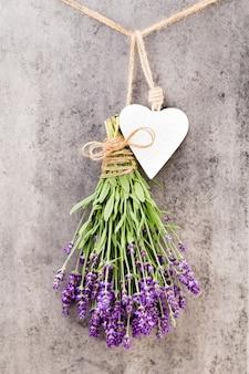 ラベンダーの花、素朴な背景の花束、頭上。