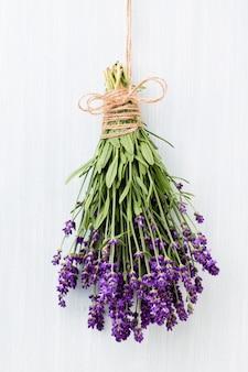 Букет цветов лаванды на деревенском фоне