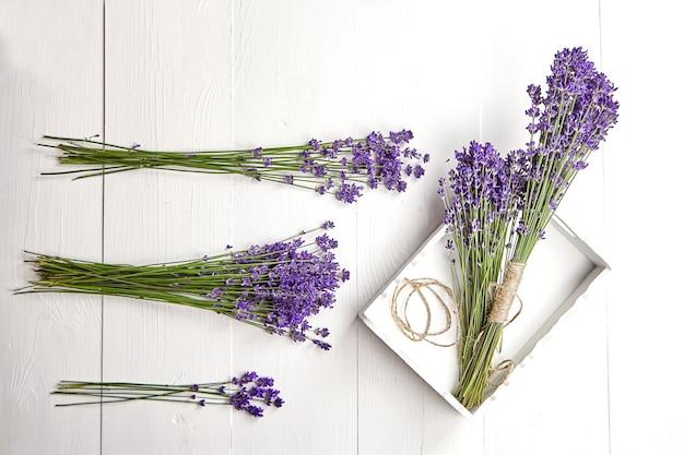 흰색 나무 테이블 평면에 트레이에 라벤더 꽃 꽃다발 누워