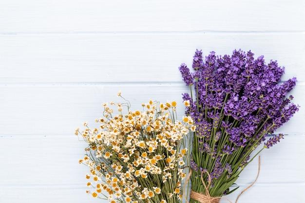 라벤더 꽃 무리에 고립 된 흰색 표면 묶여.