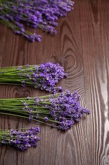 라벤더 꽃은 갈색 나무 테이블에 한 움 큼 평평하다