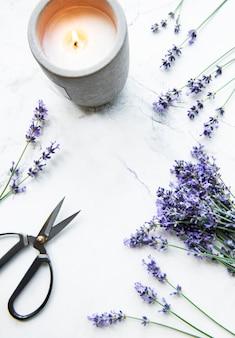 Цветы лаванды, свечи и ножницы