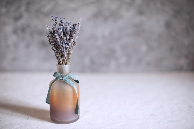 ガラス花瓶のラベンダーの花