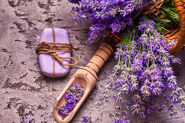 バスケットのラベンダーの花と灰色のコンクリートの背景に芳香石鹸。上面図。