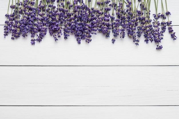 Цветки лаванды на белом деревянном столе. летний стол. копировать пространство, вид сверху
