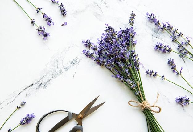 ラベンダーの花、はさみ、白い大理石のロープ