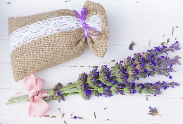 흰색 나무 테이블에 주머니에 라벤더 신선하고 마른 꽃
