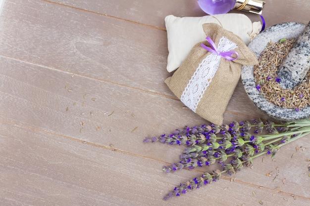 라벤더 신선한 꽃과 복사 공간이 나무 테이블에 주머니에 건조