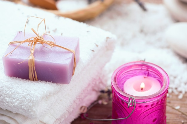 Бары мыла ручной работы лаванды, свечки на деревянных фоне. выборочный фокус