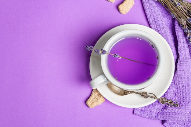 Горячий чай с лавандой и цветочным напитком в керамической чашке
