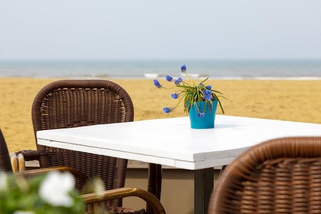白いテーブルに青い花瓶のラベンダー