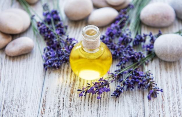 Лавандовое масло и цветки лаванды