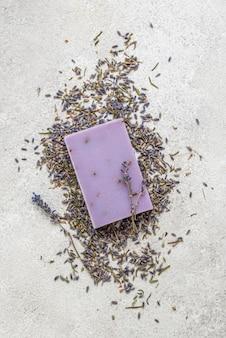 ラベンダー植物と石鹸の配置